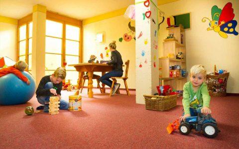Sollte das Wetter einmal nich so mitspielen, haben wir für Ihre Kinder ein kleines Indoor – Spieleparadies vorbereitet.